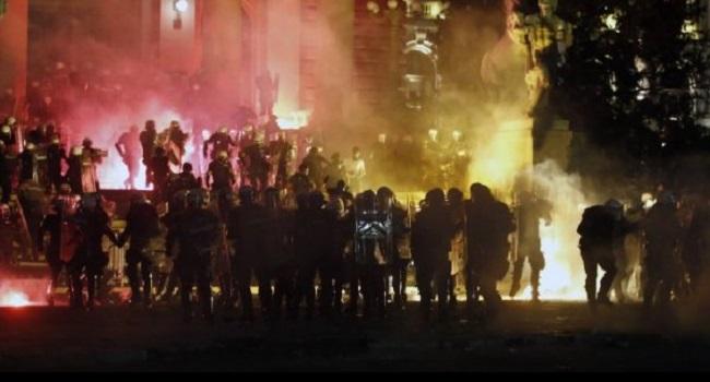 Σερβία: Νέα εισβολή στη Βουλή – Οι πολίτες δεν δέχονται τις απαγορεύσεις για τον κορωνοϊό