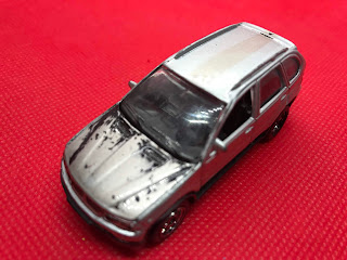 BMW X5 のおんぼろミニカーを斜め前から撮影