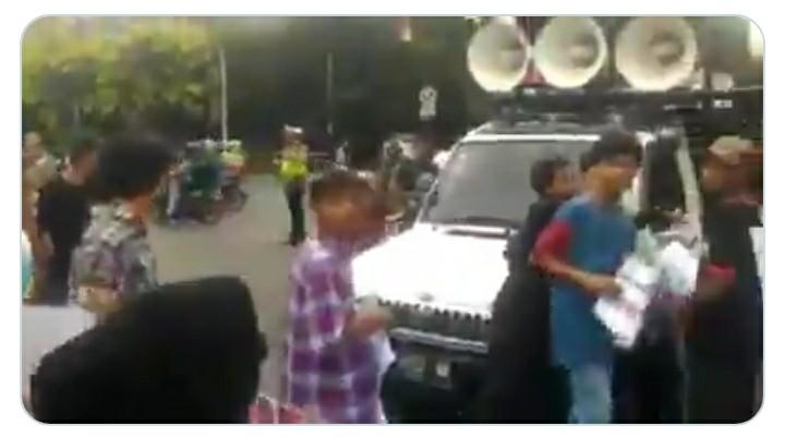 "Video ""BEM"" Demo Tolak People Power Diusir Emak-Emak"
