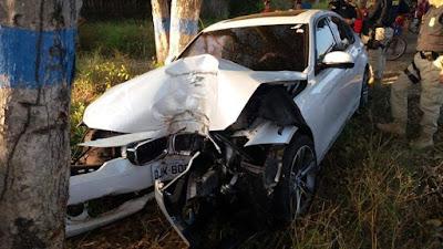 Carro de luxo sai de pista e bate em árvore na BR 135 e o motorista abandona o veículo