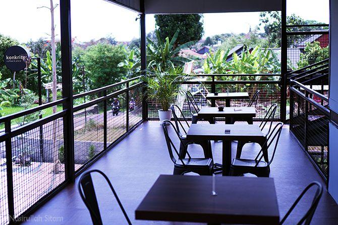 Lantai dua Konkrite Coffee & Place yang terbuka
