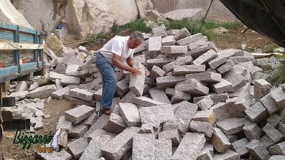Bizzarri fazendo o que gosta, garimpando pedras, sendo vários tipos de pedra com várias cores de pedra. Na foto as pedras folhetas com pedra paralelepípedo. Gosto de escolher para fazer as construções com pedras, escadas de pedra, caminhos de pedra, muro de pedra e revestimentos de pedra. Gosto de escolher as pedras e já imagino ela em cada trabalho com pedra que vou fazendo.