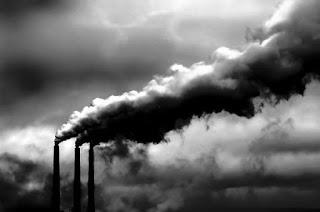 Inquinación es voz española. Significa ensuciar algo o volverlo impuro