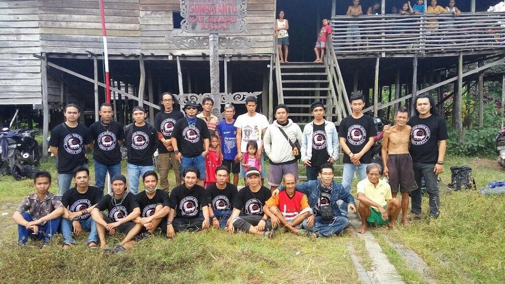 Komunitas Pemuda Mualang berfoto bersama dengan warga Sungai Antu Hulu