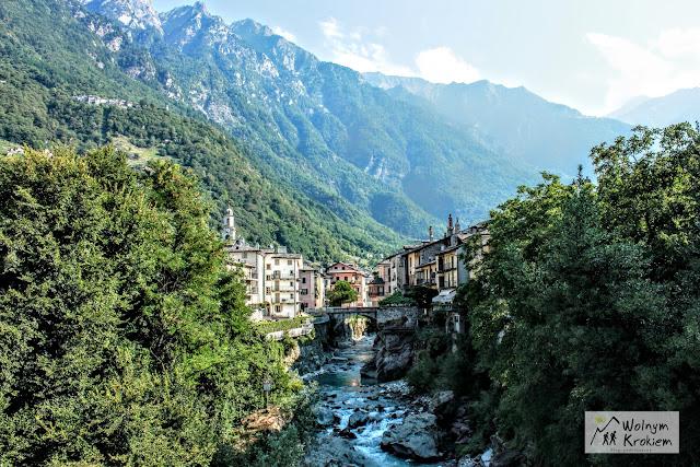 Górskie miasteczko Chiavenna we Włoszech