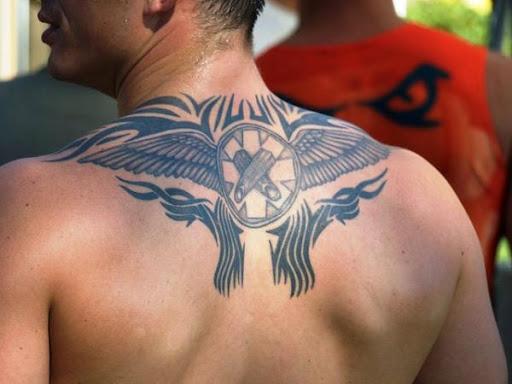 Da parte superior das costas tatuagem tribal ideia para homens