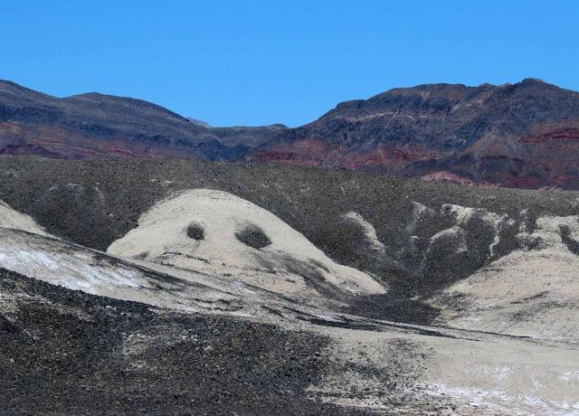Edellisviikon tulvien merkkejä maastossa - hiekkaa oli paikoin edelleen tiellä reippaasti