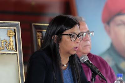 """La presidenta de la Asamblea Nacional Constituyente cubana, Delcy Rodríguez se pronunció a través de su cuenta en Twitter para rechazar las sanciones impuestas por el Departamento del Tesoro de EEUU contra varios funcionarios bolivarianos e indicó que las mismas buscan """"complacer a opositores"""".  """"EEUU utiliza sanciones ilícitas para complacer a la clase opositora más entreguista, apátrida y criminal q ha tenido Venezuela"""", escribió en su cuenta oficial.  Así mismo calificó las medidas como """"ilícitas"""" y señaló que no impedirán que los Constituyentes acudan al llamado de la """"defensa de Venezuela""""."""