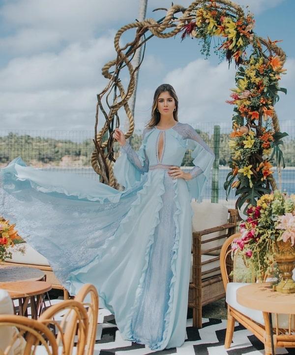 vestido de festa longo azul claro com manga