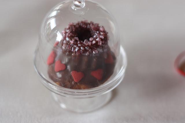 Mini-Guglhupf mit Glasglocke, Herbsthochzeit in den Bergen von Garmisch-Partenkirchen, Hochzeitslocation in Bayern, Riessersee Hotel - Bordeaux, rote Rosen, herbstlich