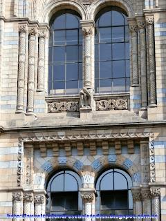 Detalle de la fachada principal del Museo de Historia Natural de Londres.