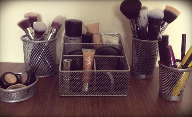 formas criativas de organizar maquiagens