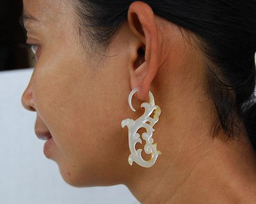Tinuku Luxury and sparkles jewelry of shells by Tindik Bali Organik continue tradition of ancestral art