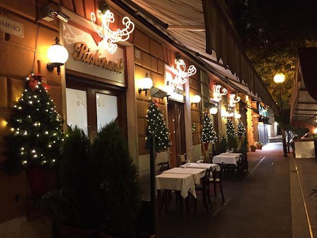 Restaurante com decoração de Natal em Roma