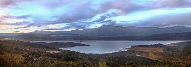 Danau%2BDi%2BAtas%2BAwan%2Batau%2BDanau%2BHabema 4 Tempat Wisata Eksotis Di Papua Selain Raja Ampat