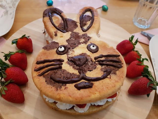 Marmorkuchen, Osterhase mit Erdbeer- Sahne