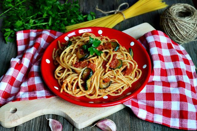 http://www.caietulcuretete.com/2016/11/spaghete-cu-dovlecei-rosii-si-usturoi.html