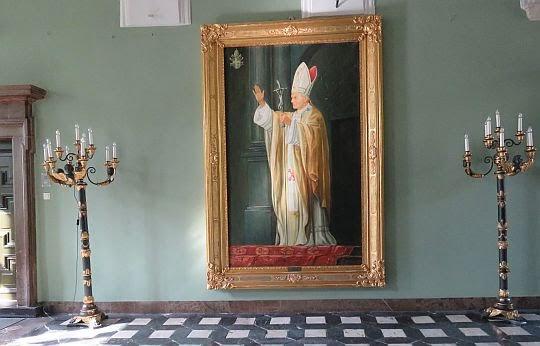 Obraz w holu przedstawiający Ojca Świętego Jana Pawła II.