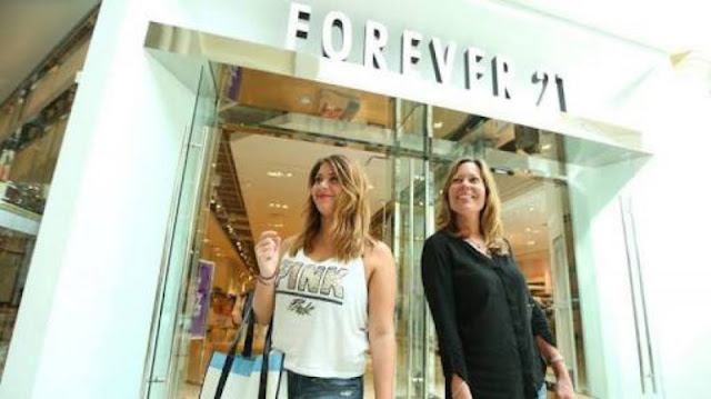 Forever 21 en Estados Unidos prohíbe a sus empleados hablar español; la demandan.