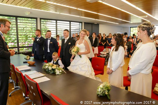 photos des mariés et témoins à la mairie