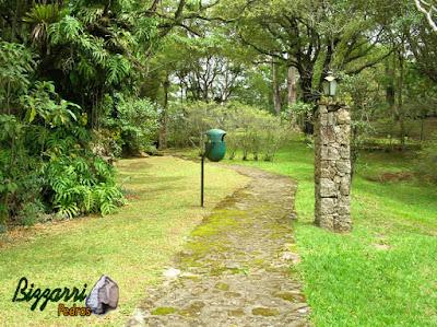 Calçada de pedra, com pedra moledo rejuntada com massa de cimento e areia no bosque em condomínio em Atibaia-SP.
