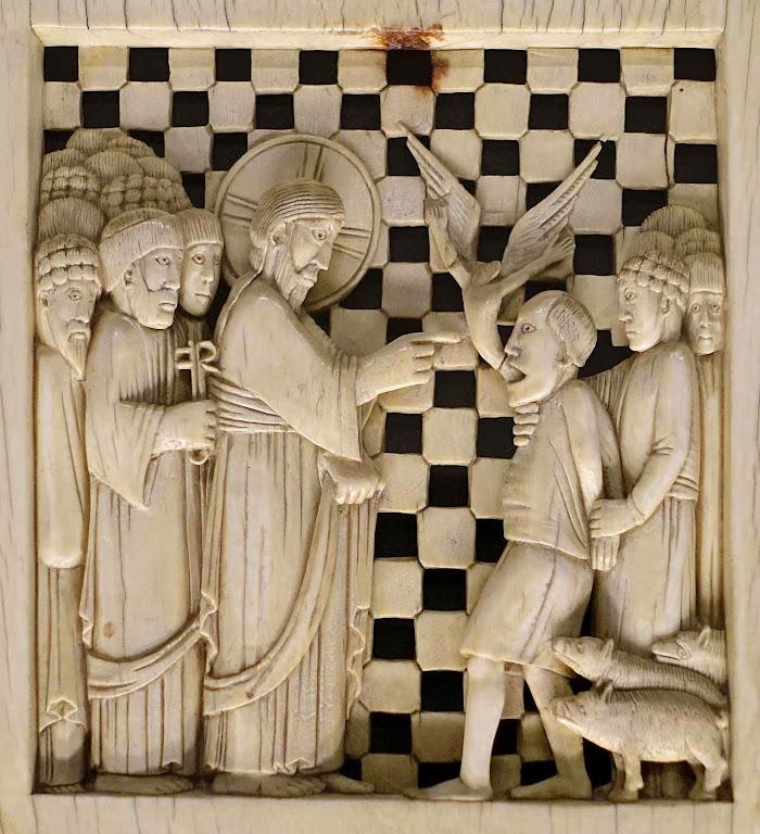 Jesus exorciza legião de demônios que tinham possuído o geraseno (Mateus 8;28-34). Marfim no Hessisches Landesmuseum Darmstadt, Alemanha.