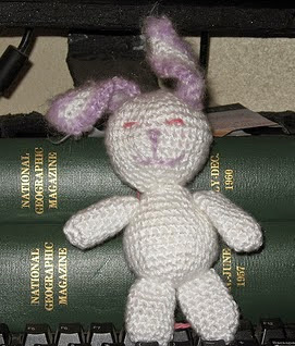 http://translate.google.es/translate?hl=es&sl=en&tl=es&u=http%3A%2F%2Fhybridhopes.blogspot.com.es%2F2011%2F02%2Flittle-bunny-crocheted-pattern.html