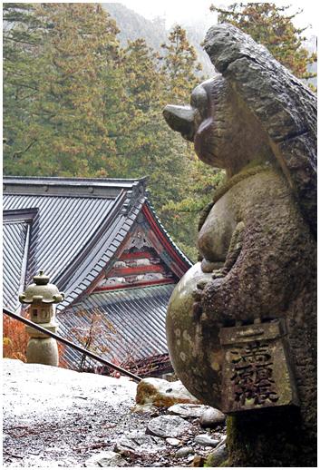 Le grand tanuki qui vous accueille