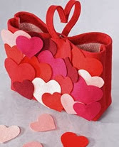 http://www.todomanualidades.net/2013/02/como-hacer-una-cartera-de-fieltro-para-san-valentin/