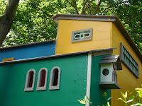 Lombház építése gyerekeknek madáretetővel