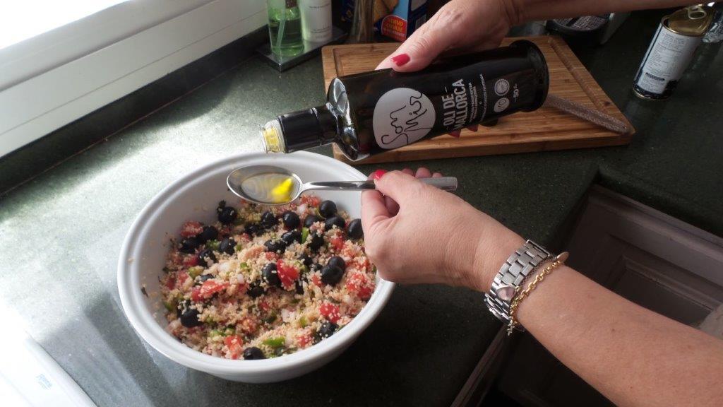 Añadimos el aceite a la mezcla del tabulé