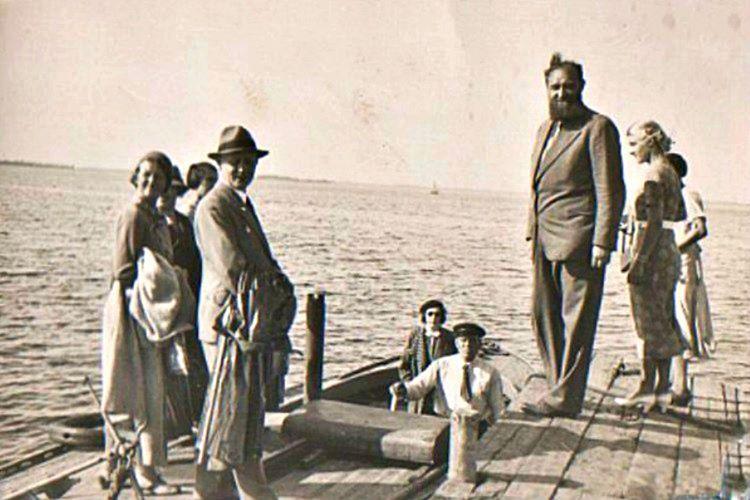 Peter Freuchen alelacele Danimarka'ya döndü ama bacağı doktorlar tarafından kesilmek zorunda kaldı.