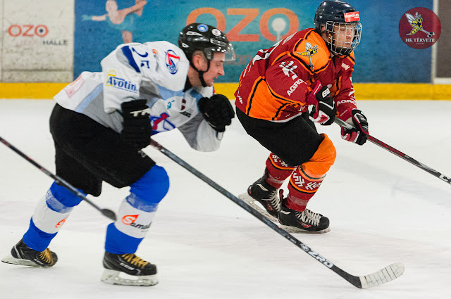 Divi hokejisti skrien pa ledu