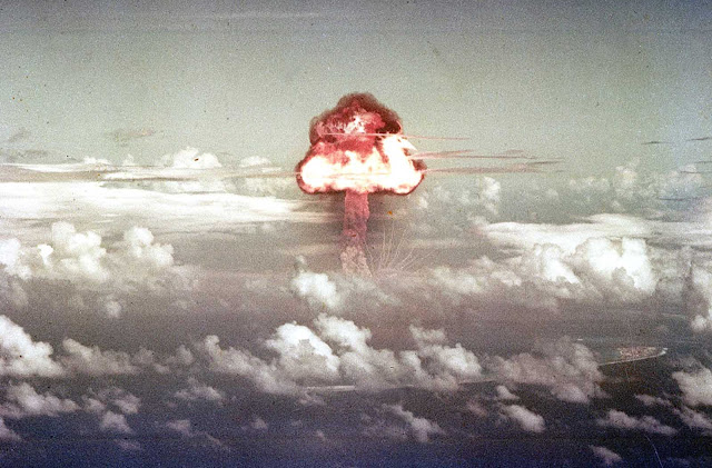 On November 16, 1952, a B-36H bomber dropped a nuclear bomb over a point north of Runit Island in the Enewetak atoll, resulting in a 500-kiloton explosion, as part of a test code-named Ivy.