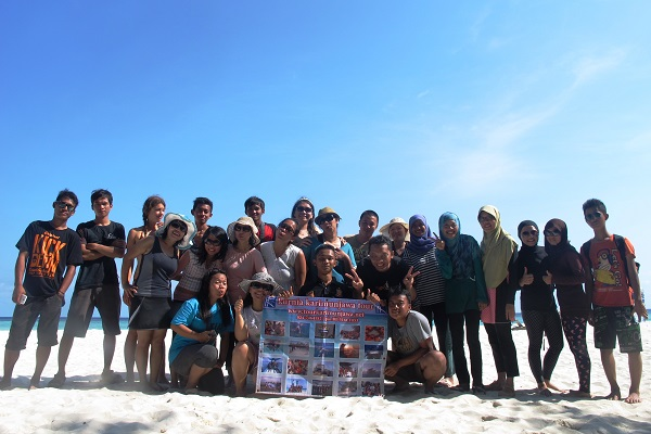 wisatawan karimunjawa foto di pantai