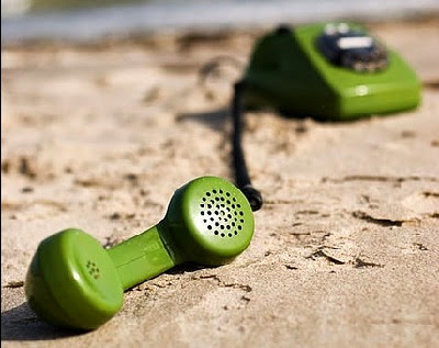 Teléfono antiguo en la playa