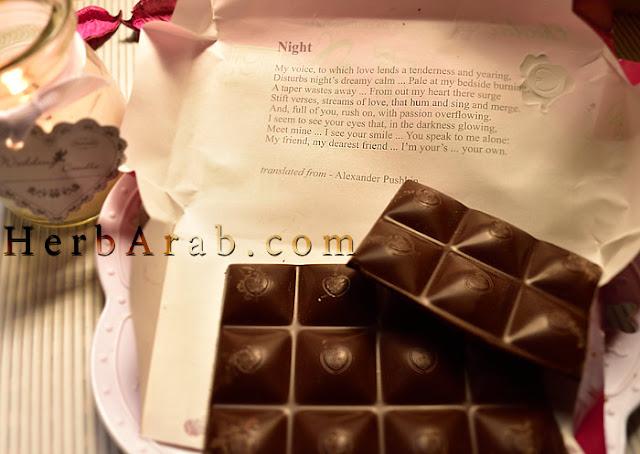شعر شوكولاتة شوكولوف الداكنة مع التوت الاحمر