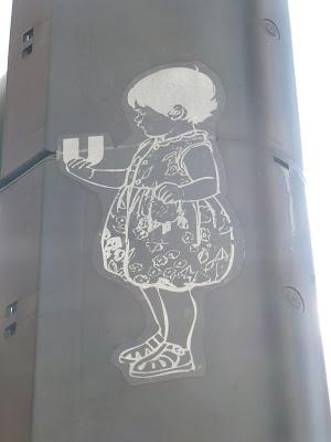"""""""U"""" als Trophäe - Sticker auf einer Ampel in Köln"""