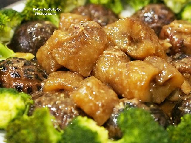 Braised Sea Cucumber With Roast Pork Leg, Mushroom & Broccoli