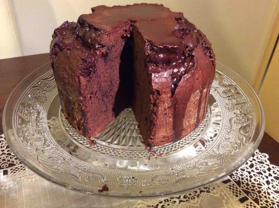 Sugerencia de presentación de bizcocho de chocolate glaseado