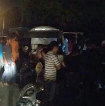 Warga menyaksikan warung yang rusak ditabrak mobil Xenia di Asahan.
