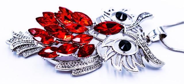 Le collier chouette porte bonheur, en métal et cristaux d'un sublime rouge, ce collier sautoir se remarque en restant d'un chic déconcertant. Soyez vous même, il vous portera chance. Collier vendu 19 €.