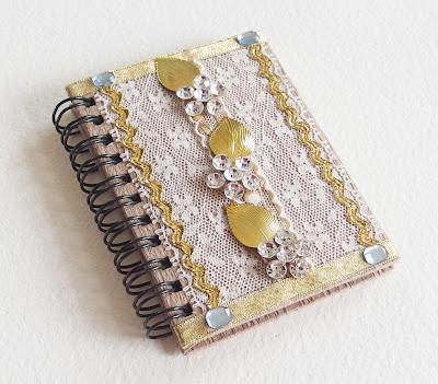 https://www.alittlemarket.com/carnets-agendas/fr_petit_carnet_precieux_romantique_strass_dentelles_et_rubans_or_spirales_et_papier_recycle_beige_et_dore_-14462781.html