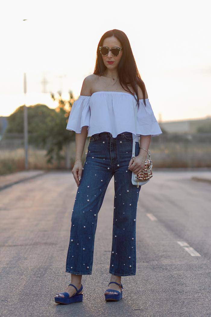Blogger influencer moda valenciana con ideas como combinar unos pantalones vaqueros con abalorios
