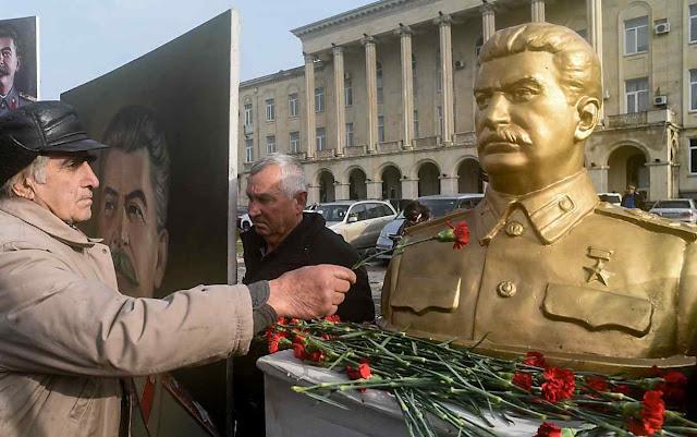 O culto de Stalin reduzido a poucos saudosistas ganhou novo impulso com Putin