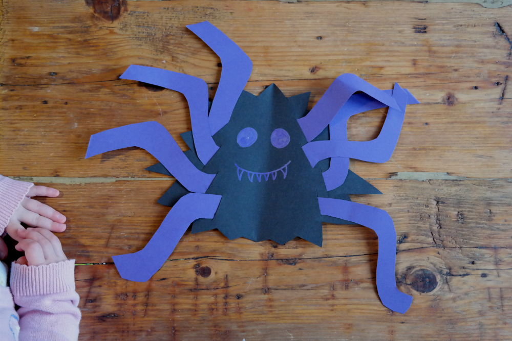 HALLOWEEN IDEAS FOR TODDLERS: Cardboard spiders (great fine motor skills activity!)