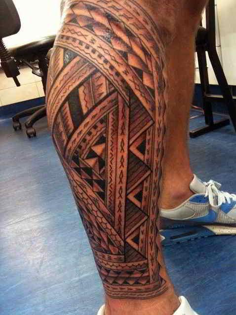 tatuajes en las piernas de estilo maori