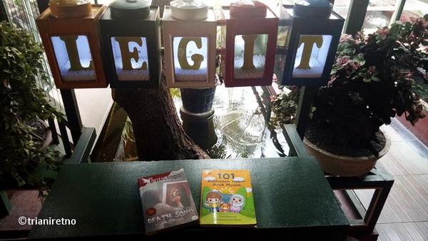 Penulis buku di Saung Legit Bandung