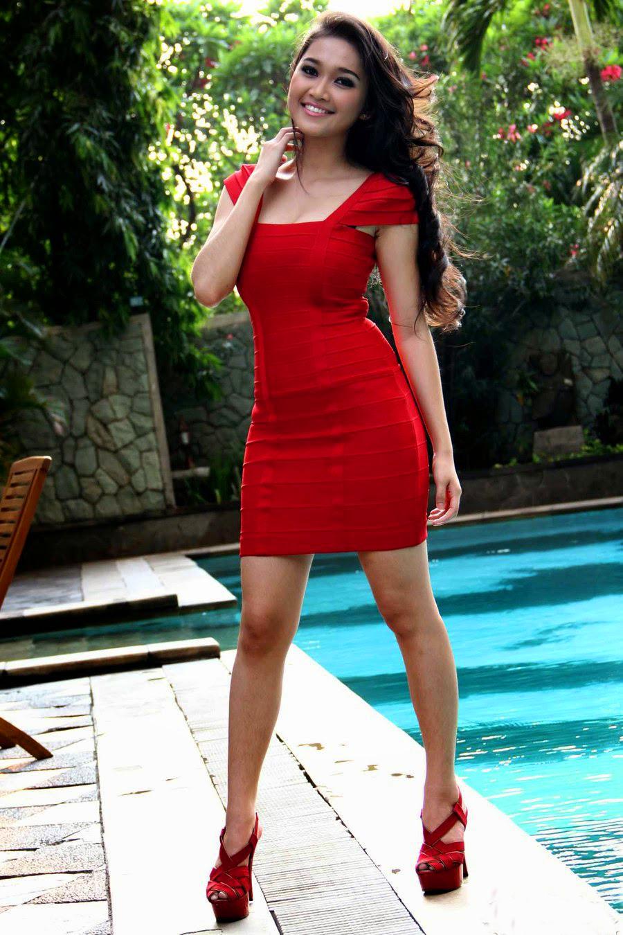 foto paha mulus cewek cewek igo artis cantik Rini Septyarini dengan Gaun Merah Pendek bb