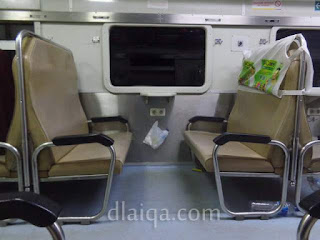 tempat duduk di dalam gerbong